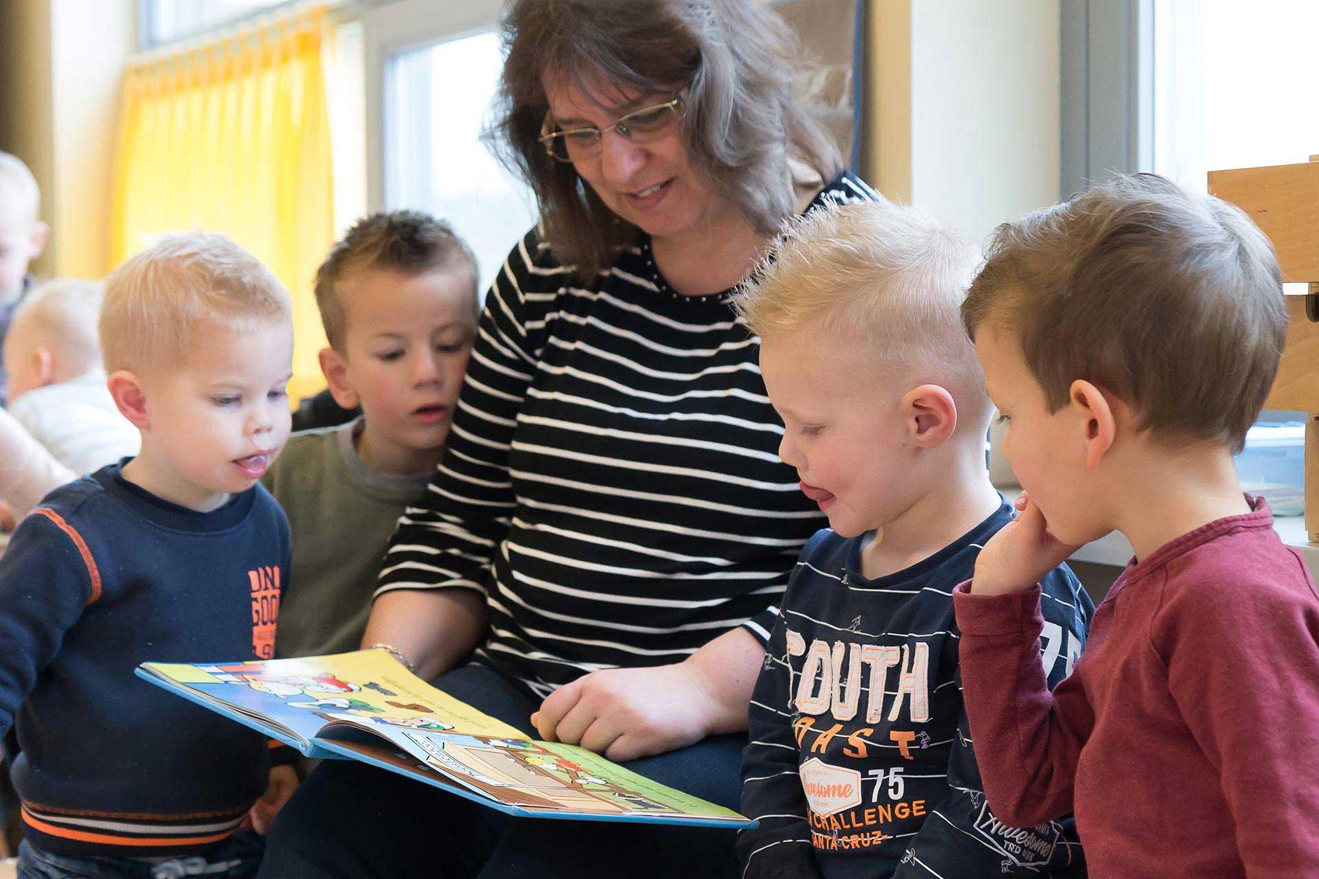 Kinderen worden voorgelezen door een leidster