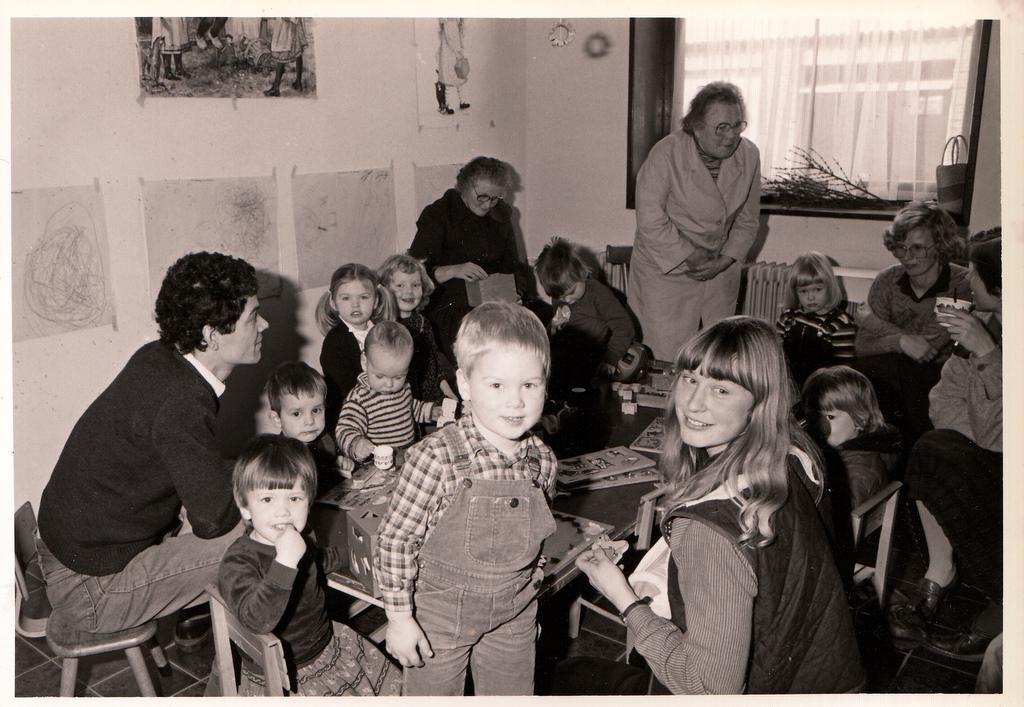 Oude foto van de opening van de speelzaal in Zandeweer