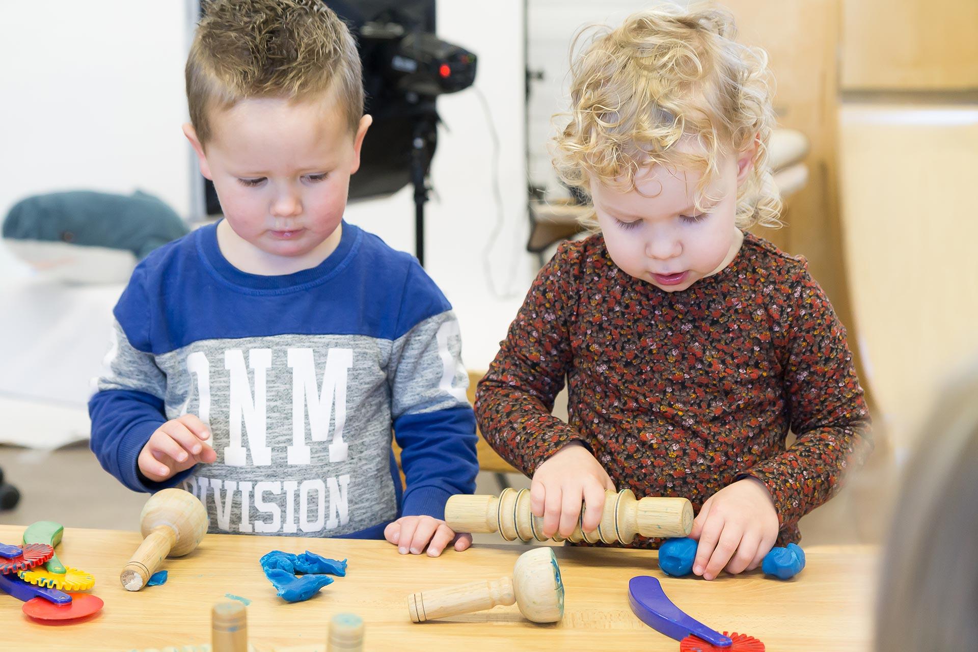 Foto kinderen in de kring op de peuterspeelzaal bij KindH