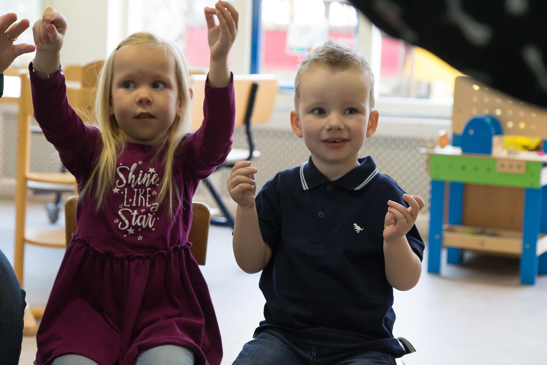 Kinderen doen mee in de kring op de peuterspeelzaal