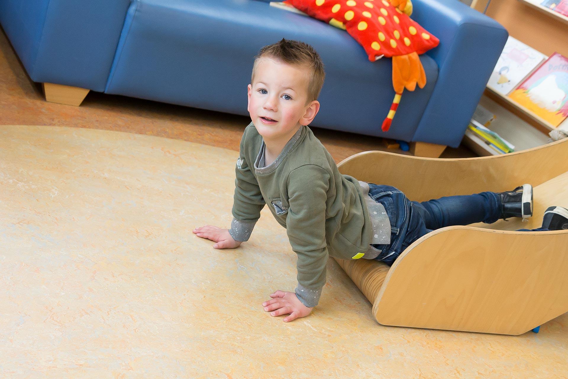 Jongetje bij glijbaan peuterspeelzaal Uithuizen
